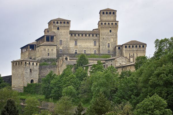 italiainpiega-pieghe-meravigliose-itinerari-moto-nord-italia-il-profumo-del-prosciutto crudo-di-parma-castello-torrechiara